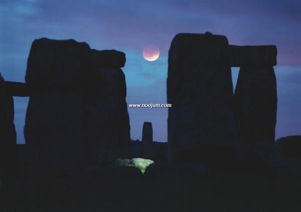 LunarEclipseStonehenge_perkins_1.jpg